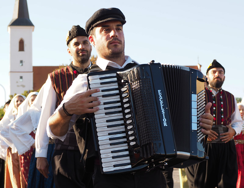 Italian folk group Calamus parades through Strakonice
