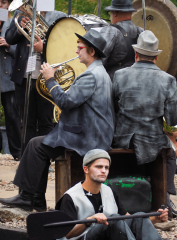 In Kermis in de hel [Funfair in Hell], musicians play in the rubble of a ruined city. Photo: Peter de Graaf