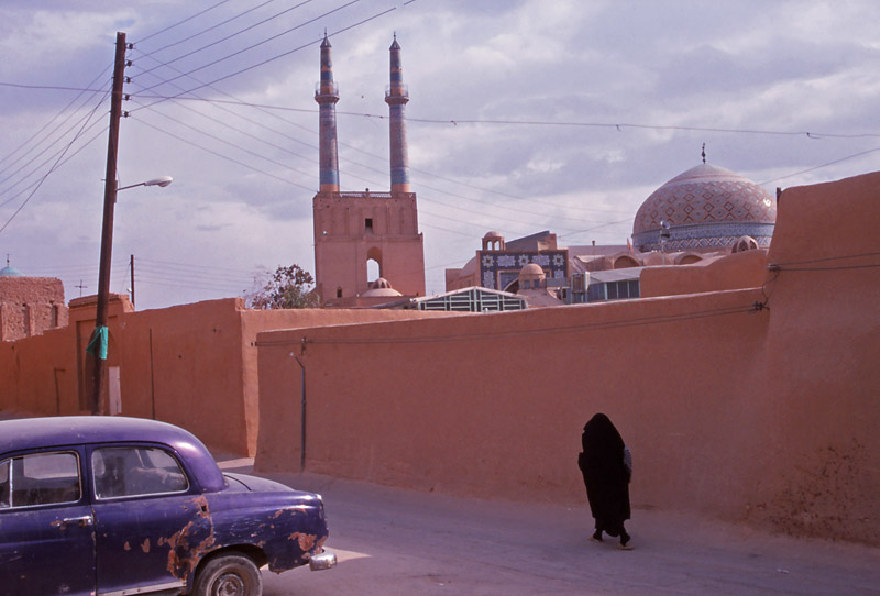 Street scene in Yazd with the 14th century Jameh Mosque