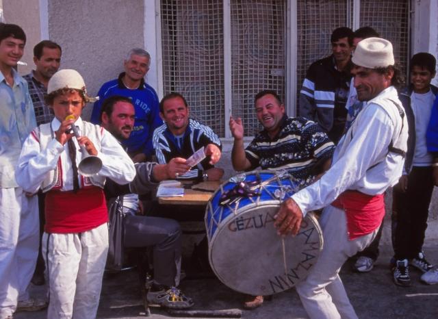 Street musicians entertain café patrons in Elbasan